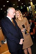 Hare Koninklijke Hoogheid Prinses M&aacute;xima der Nederlanden heeft op de Nyenrode Business Universiteit in Breukelen een toespraak over toegang tot financi&euml;le diensten (inclusive finance). <br /> <br /> Her Royal Highness Princess M&aacute;xima of the Netherlands at the Nyenrode Business University in Breukelen a speech on access to financial services (inclusive finance).<br /> <br /> Op de foto / On the photo: <br />  Prinses Maxima is geerd met de Postma-prijs 2011 die zij heeft ontvangen van rector magnificus Maurits van Rooijen