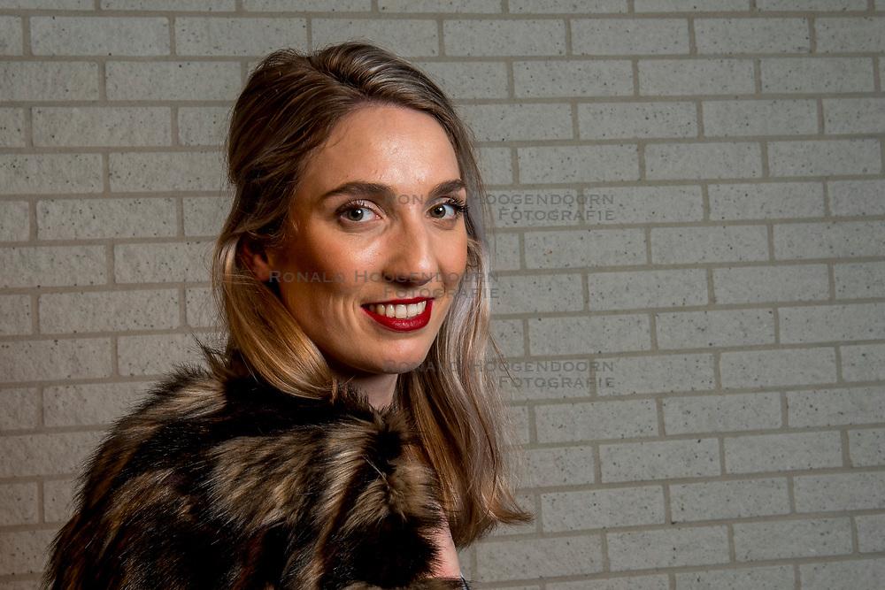 23-02-2016 NED: Thuis bij Janine Stoeten, Hengelo<br /> Thuis bij: bekerwinnaar Jeanine Stoeten. De geboren en getogen Hengelose is nog maar 24 jaar, maar speelt al sinds 2009 bij Eurosped-TVT (voorheen Pollux). Vorige maand pakte ze eindelijk een felbegeerde hoofdprijs met deze Almelose ploeg. Na enkele zilveren medailles veroverde ze in de bekerfinale eindelijk goud en mocht ze als aanvoerster de trofee omhooghouden.