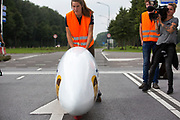In Helmond test het HPT hun nieuwe fiets op de A270. In september wil het Human Power Team Delft en Amsterdam, dat bestaat uit studenten van de TU Delft en de VU Amsterdam, tijdens de World Human Powered Speed Challenge in Nevada een poging doen het wereldrecord snelfietsen voor vrouwen te verbreken met de VeloX 7, een gestroomlijnde ligfiets. Het record is met 121,44 km/h sinds 2009 in handen van de Francaise Barbara Buatois. De Canadees Todd Reichert is de snelste man met 144,17 km/h sinds 2016.<br /> <br /> In Helmond the HPT tests the new bike on the highway A270. With the VeloX 7, a special recumbent bike, the Human Power Team Delft and Amsterdam, consisting of students of the TU Delft and the VU Amsterdam, also wants to set a new woman's world record cycling in September at the World Human Powered Speed Challenge in Nevada. The current speed record is 121,44 km/h, set in 2009 by Barbara Buatois. The fastest man is Todd Reichert with 144,17 km/h.