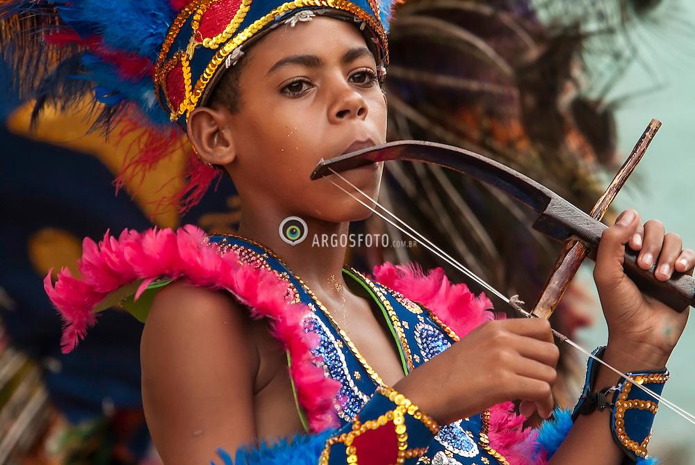Apresentacao do Caboclinho Unao Sete Flechas de Goiana, em Goiana - Zona da Mata de Pernambuco. Caboclinhos eh uma danca folclorica executada durante o Carnaval, no Nordeste do Brasil, por grupos fantasiados de indios que, com vistosos cocares, adornos de pena na cinta e nos tornozelos, colares, representam cenas de caca e combate.  As preacas sao instrumentos de marcacao em forma de arco e flecha, produzindo um som seco, em harmonia com o surdo../ Caboclinhos is a folk dance performed during Carnival, in northeastern Brazil, costumed groups of Indians, with colorful headdresses, feather adornments on the strap and ankles, collars, represent hunting scenes and combat. Presentation of Caboclinho Unao Sete Flechas de Goiana.