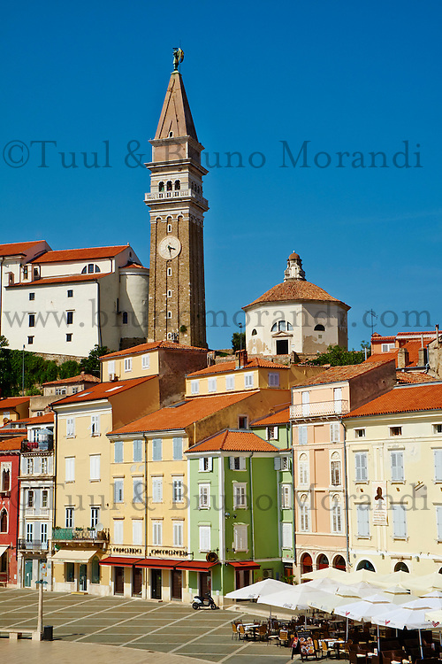 Slovenie, region de Primorska, Piran, place Tartini et eglise Saint Georges// Slovenia, Primorska region, Adriatic Coast, Piran, Tartini Square and st. Georges church