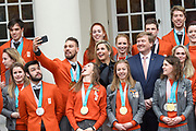 Een groepsfoto van de medaillewinnaars Winterspelen PyeongChang met  koning Willem-Alexander, koningin M&aacute;xima en prinses Margriet bij paleis Noordeinde <br /> <br /> A group photo of the medal winners Winter games PyeongChang with King Willem-Alexander, Queen M&aacute;xima and Princess Margriet at Noordeinde Palace<br /> <br />  <br /> Kjeld Nuis maakt een selfie met de Koning en Koningin