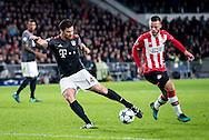 EINDHOVEN, PSV - Bayern Munchen, 01-11-2016, voetbal, Champions League, seizoen 2016-2017, Philips Stadion, kans voor Bayern Munchen speler Xabi Alonso (M), PSV speler Bart Ramselaar (R).