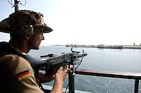 """25 SEP 2006, GOLF VON TADJURA/DJIBOUTI:<br /> Soldat mit Maschinengewehr beobachtet die Kueste bei Ausfahrt der Fregatte """"Schleswig-Holstein"""" aus dem Hafen von Djibouti. Die Fregatte ist als Flaggschiff Teil des deutschen Marinekontingents der OPERATION ENDURING FREEDOM und operiert im Seegebiet am Horn von Afrika<br /> IMAGE: 20060925-01-028<br /> KEYWORDS: Dschibuti, Bundeswehr, Marine, Soldat, Soldaten, Afrika, Africa"""
