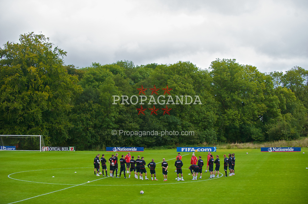 CARDIFF, WALES - Monday, September 7, 2009: Wales' manager John Toshack MBE gives a team-talk before training at the Vale of Glamorgan Hotel ahead of the FIFA World Cup Qualifying Group 3 match against Russia. (Pic by David Rawcliffe/Propaganda)