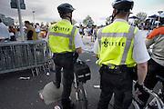 Nederland,  Nijmegen, 16-5-2004..Na afloop van de zeepkisten race houdt de politie per fiets een oogje in het zeil. Grootschalig evenement, veiligheid, ruzie, publiek, agenten.recreatie, feest.openbare orde..Foto: Flip Franssen/Hollandse Hoogte