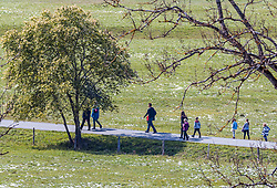 THEMENBILD - Spaziergänger auf einem Weg aufgenommen am 29. April 2017, Kaprun, Österreich // People walk on a path at Kaprun, Austria 2017/04/29. EXPA Pictures © 2017, PhotoCredit: EXPA/ JFK