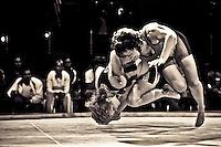 """Depuis 10 ans environ les femmes sont tolérées dans ce sport jusqu'alors seulement réservé aux """"demi dieux""""..La raison n est simple: la fédération souhaiterait voir entrer le Sumo dans les sports olympiques..Et l'une des conditions est la participation féminine.<br /> Ce sport est bien plus développé dans les pays de l'Est que partout ailleurs.<br /> L'équipe suisse ne compte que 3 femmes, la France aucune tout comme l'Espagne ou la Belgique.n La catégorie des poids est un vrai problème pour les lutteuses poids lourds. Une femme de 80kg peut très bien se retrouver confrontée a une autre lutteuse de plus de 130 kg.<br /> Quand elles arrivent sur le dohio, elles se jaugent, tentent de s'intimider. Elles doivent poser leurs poings au sol l'une après l'autre en alternance. Lorsque le dernier poing de la seconde femme touche le sol, le combat commence. Les assauts sont d'une rapidité consternante: entre 10 et 30 secondes pour la plupart, 3 minutes au maximum. Les baffes, se tirer les cheveux, se pousser, tout est bon pour faire sortir l'adversaire du cercle ou lui faire poser une partie du corps a l'intérieur. Les femmes ne peuvent néanmoins concourir qu'a un niveau amateur."""