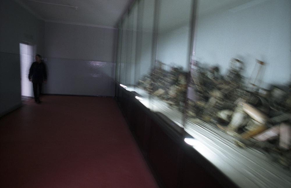 Das Staatliche Museum Oswiecim im ehemaligen Konzentrationslager Auschwitz 1 mit Belegen für den Holocaust und die Verbrechen der Nazis. Rechts zu sehen sind Prothesen und Krücken, welche den Gefangenen entwendet wurden.