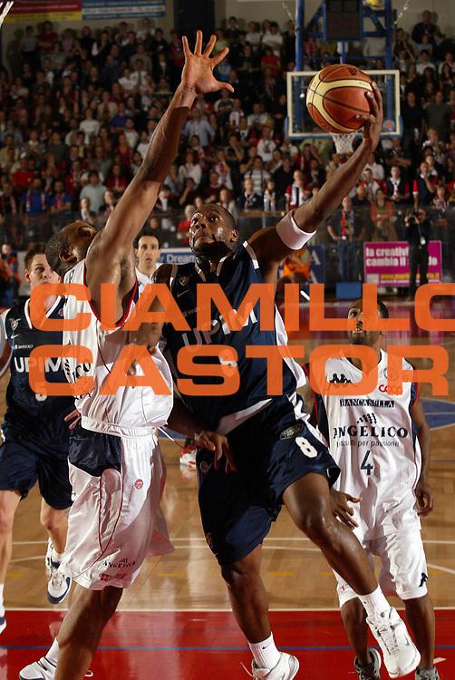 DESCRIZIONE : Biella Lega A1 2007-08 Angelico Biella Upim Fortitudo Bologna <br /> GIOCATORE : Oscar Torres<br /> SQUADRA : Upim Fortitudo Bologna<br /> EVENTO : Campionato Lega A1 2007-2008 <br /> GARA : Angelico Biella Upim Fortitudo Bologna  <br /> DATA : 11/11/2007 <br /> CATEGORIA : Tiro<br /> SPORT : Pallacanestro <br /> AUTORE : Agenzia Ciamillo-Castoria/E.Pozzo <br /> Galleria : Lega Basket A1 2007-2008 <br /> Fotonotizia : Biella Campionato Italiano Lega A1 2007-2008 Angelico Biella Upim Fortitudo Bologna<br /> Predefinita :