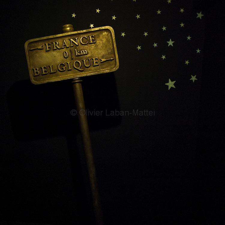 Le 23 octobre 2011, frontière Belgique / France, village de Macquenoise (B), RN 99. Le panneau de délimitation des frontières belge et française utilisé dans le film «Rien à déclarer» trône dans une pièce de l'ancien poste de douane belge transformé en musée depuis la sortie du film.