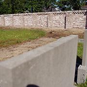 NLD/Huizen/20050601 - Nieuwe muur om de begraafplaats Huizen aan de Naarderstraat