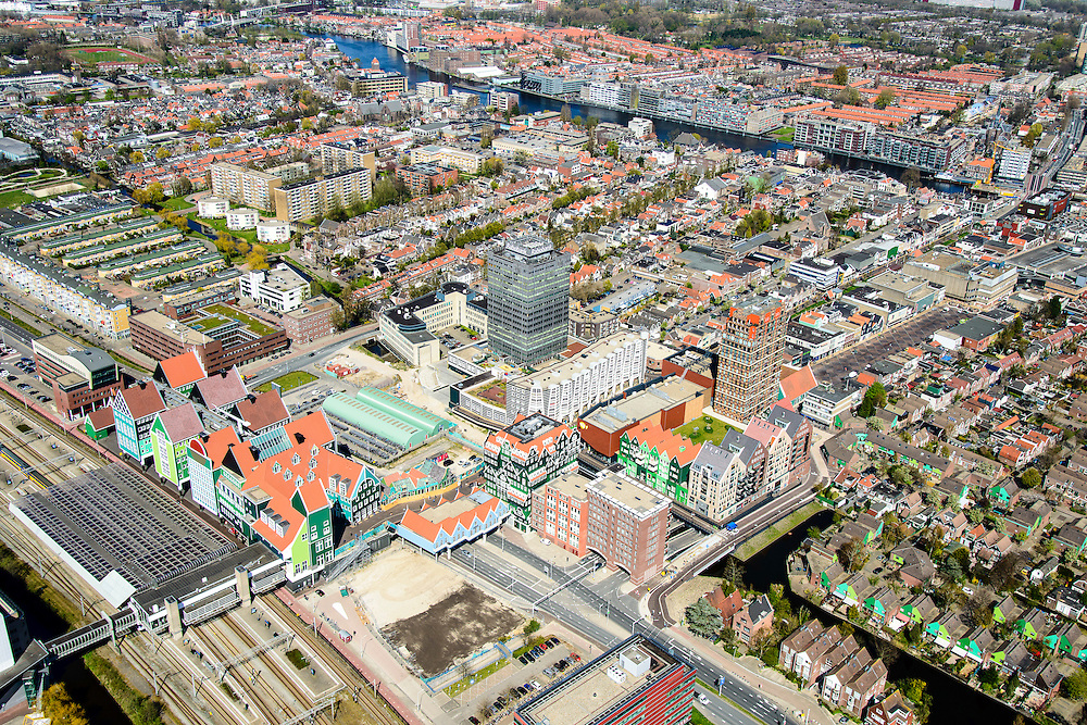 Nederland, Noord-Holland, Zaandam, 20-04-2015; Inverdan, nieuwe stadscentrum Zaandam, masterplan Sjoerd Soeters. Met Station, Stadhuis en het Zaanse huisjeshotel - Inntel Hotel - een ontwerp Wilfried van Winden.<br /> New center of the city of Zaandam, developed according to the master plan by architect Sjoerd Soeters. Train station and city hall. The hotel built in a postmodern version of the style of the historic houses of Zaandam - Inntel Hotel - was designed by Wilfried van Winden.<br /> luchtfoto (toeslag op standard tarieven);<br /> aerial photo (additional fee required);<br /> copyright foto/photo Siebe Swart