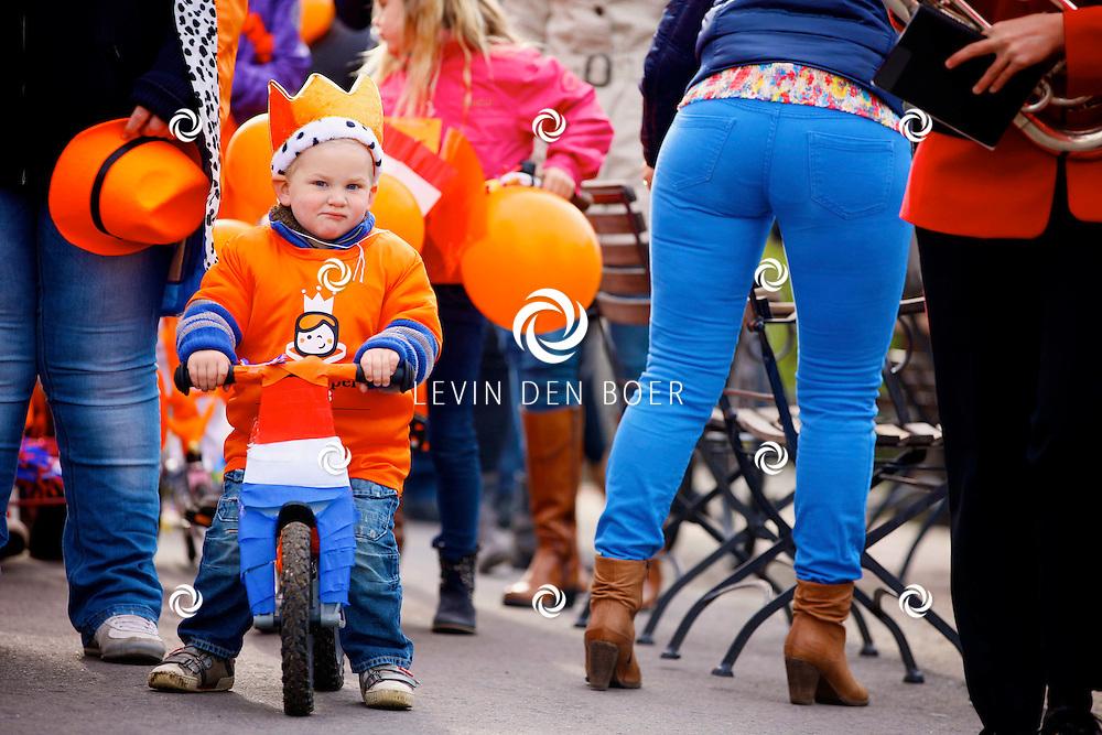 ALEM - Koningsdag in Alem met de kinderen op hun versierde fietsen. FOTO LEVIN DEN BOER - PERSFOTO.NU