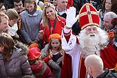 Maxima verwelkomt Sinterklaas met haar kinderen