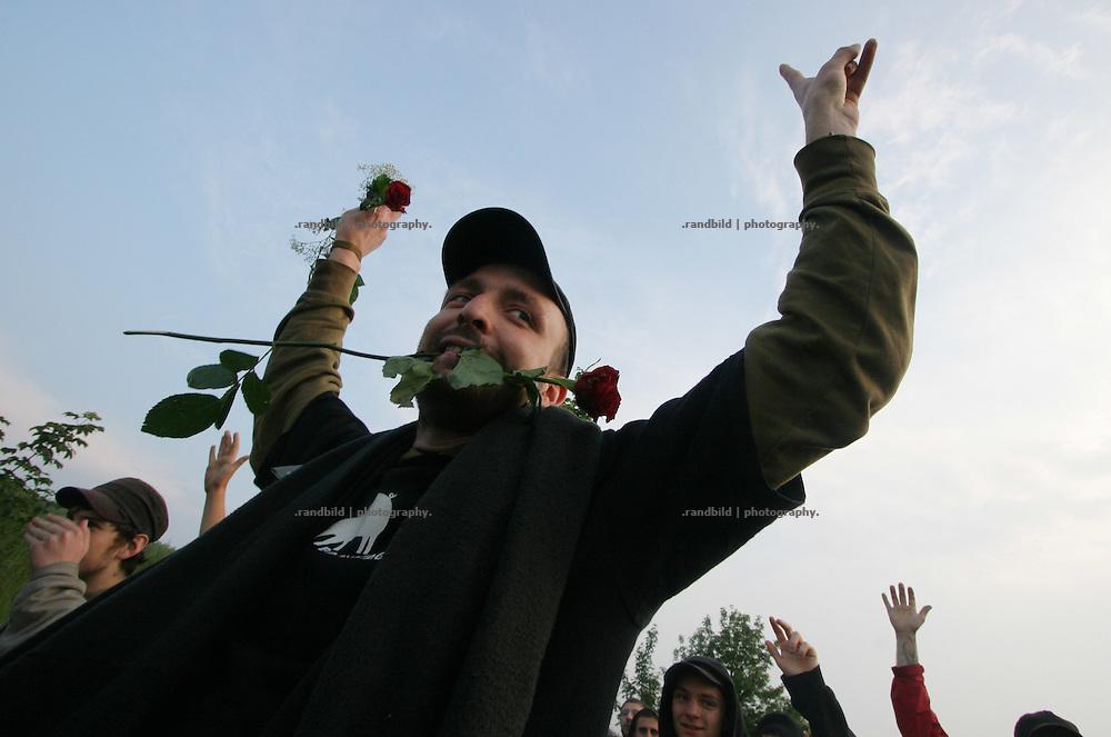 Zur Ankunft von US-Präsident George W. Bush demonstrierten 2.000 Menschen vor dem Flughafen Rostock-Laage. Nach dem Ende der Kundgebung kam es beim Abzug der Demonstranten zu Rangeleien mit der Polizei, die die Menge mit Hunden von einer Straßenkreuzung drängten. Towards the arrival of US president George Bush at the airport Rostock-Laage 2.000 protesters demonstrate in front of the airfield. After the rally some skirmishes happen between police and protesters.
