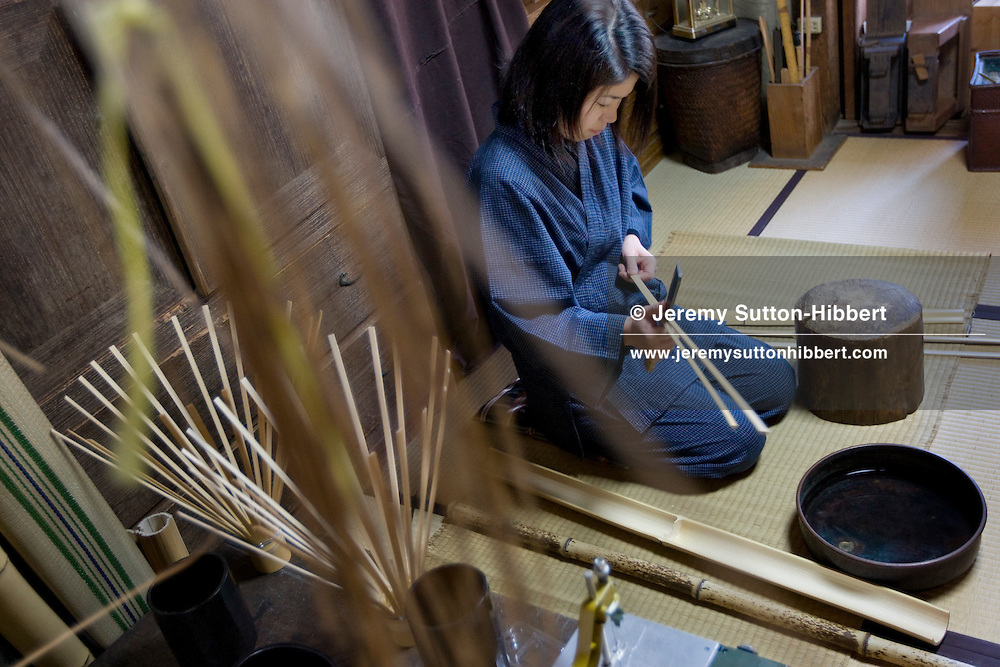 Yoshida Mino, apprentice bamboo artisan with the Tanabe family, splitting bamboo by hand in the workshop in the Tanabe family home, in Sakaishi, Japan, Saturday 27th December 2008.