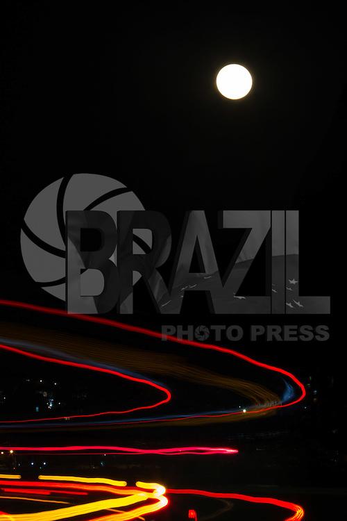 RIO DE JANEIRO, RJ, 31.07.2015 - LUA-AZUL - Fenômeno conhecido como lua azul é visto a partir do bairro de Botafogo, zona sul da cidade, nesta sexta-feira, 31. A expressão lua azul designa a segunda lua cheia em um mesmo mês. (Foto: Gustavo Serebrenick / Brazil Photo Press)