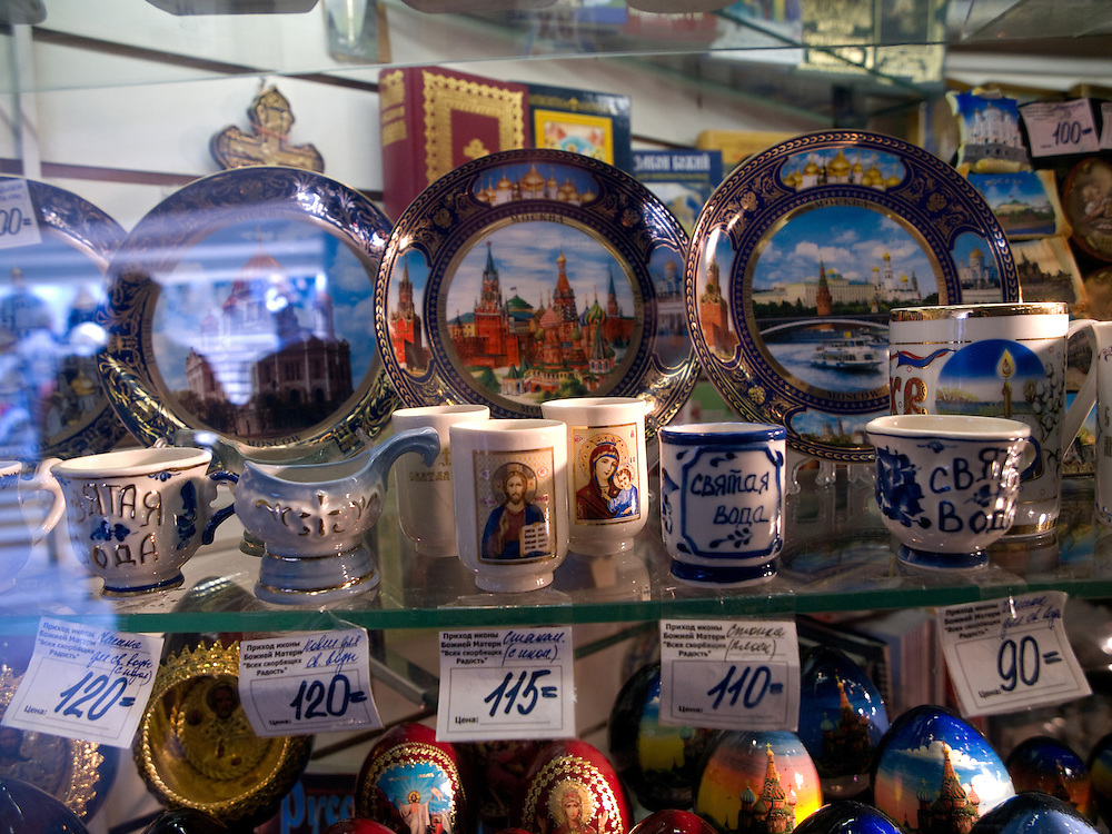 Souvenirs in Moskau - Teller mit Stadtsymbolen. Matrjoschka sind aus Holz gefertigte und bunt bemalte, ineinander schachtelbare, eiförmige russische Puppen mit Talisman-Charakter.<br /> <br /> Souvenirs in a Moscow shop - plates with city symbols. A matryoshka doll or a Russian nested doll (also called a stacking doll or Babooshka doll) is a set of dolls of decreasing sizes placed one inside another.
