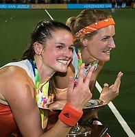 AMSTELVEEN Lidewij Welten (Ned) met Carlien Dirkse van den Heuvel (Ned)  na de damesfinale Nederland-Belgie bij de Rabo EuroHockey Championships 2017. COPYRIGHT KOEN SUYK