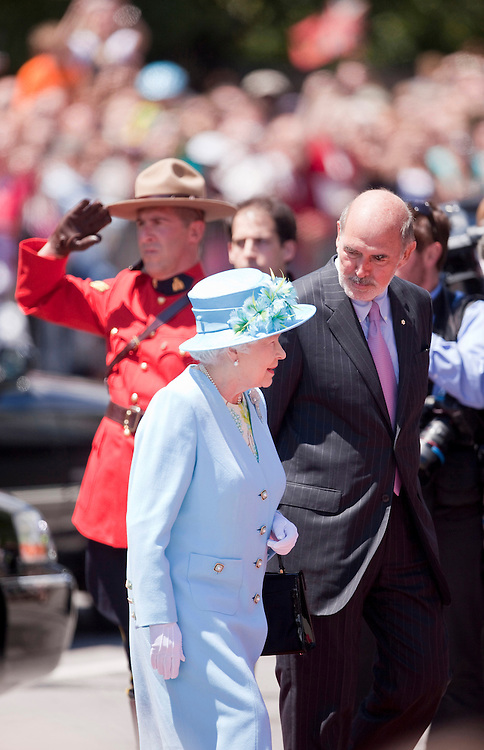 Queen Elizabeth arrives at the National Arts Centre in Ottawa, Canada, June 30, 2010 where she unveiled a statue of Canadian jazz pianist Oscar Peterson. The Queen is on a 9 day visit to Canada. <br /> AFP/GEOFF ROBINS/STR