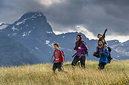 Eine Familie auf der Alp Flix an einem sch&ouml;nen, bew&ouml;lkten Sommertag mit dem Piz Platta im Blick, Parc Ela, Mittelbuenden, Schweiz<br /> <br /> A family on the Alp Flix on a nice, cloudy Summer day with Piz Platta in sight, Parc Ela, Grisons, Switzerland