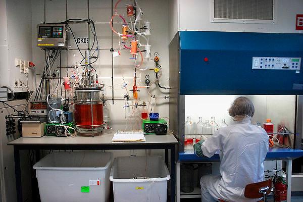 Nederland, Oss, 30-10-2007Fabriek van de  producent van medicijnen Organon. Vooral van pillen voor anticonceptie,vruchtbaarheid en menopauze. Op de foto een laborant bezig met het maken van de basis voor de werkzame stof van een medicijn.Foto: Flip Franssen