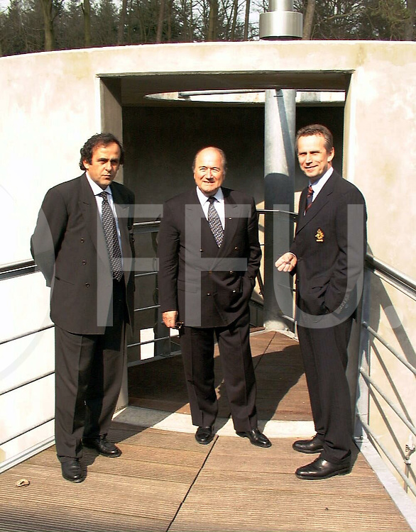 fotografie frank uijlenbroek@1999/frank uijlenbroek.990331 zeist ned sport voetbal.bezoek van Blatter en Platini aan KNVB centrum in Zeist.Platini Blatter en Harry Beens voor de middenstip