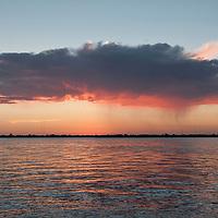 Por-do-sol no cais do porto, Porto Alegre, Rio Grande do Sul, Brasil. Foto de Ze Paiva, Vista Imagens.