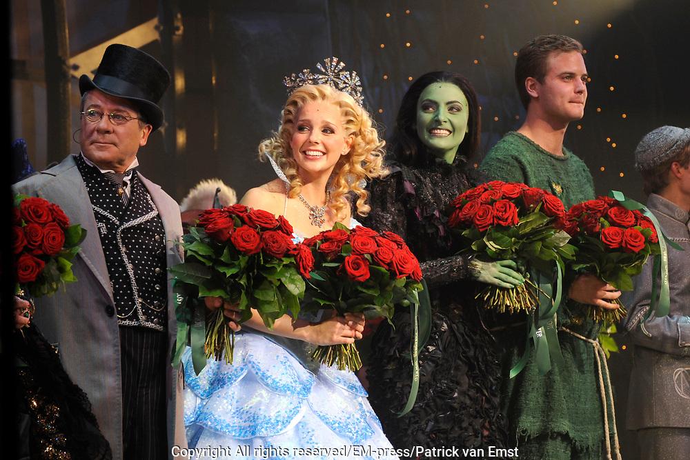Premiere musical Wicked in het Circus Theater, Scheveningen.<br /> <br /> Op de foto:  slotapplaus met Bill van Dijk, Chantal Janzen, Willemijn Verkaik, en Jim Bakkum