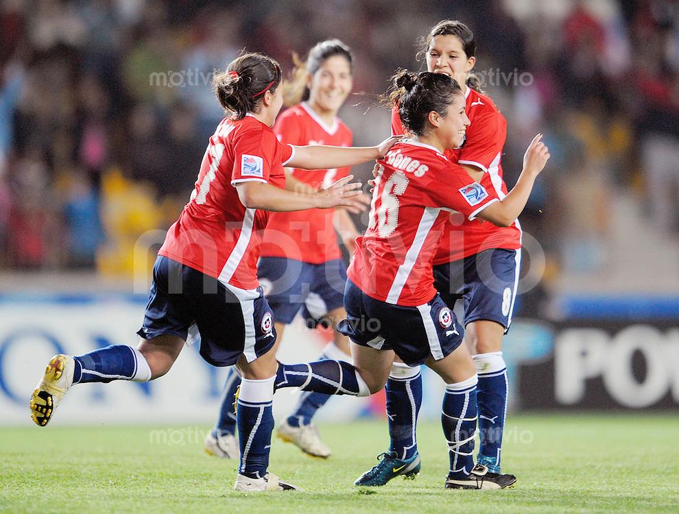 Fussball Frauen FIFA U 20  Weltmeisterschaft 2008    22.11.2008 Chile - Neuseeland     Chile - New Zealand Maria MARDONES (vorne re, CHI) jubelt nach ihrem Tor im Kreise der Mannschaft.