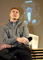 21.11.2001 München, Deutschland,<br />Ex-Formel 1 Weltmeister Mika Hakkinen am Dienstag (21.11.2001) bei einem Besuch des Elektronikkonzerns Siemens in München. © JAN PITMAN, Digitalsport