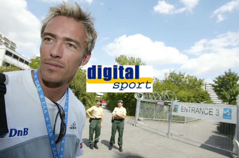 Friidrett, 5.august 2002. Europamesterskapet 2002 München. Geir Moen foran deltakerlandsbyen, som blir bevoktet av politi. ved inngangene er det satt opp piggtråd.