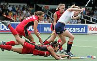 AMSTELVEEN - De Duitse verdediging, Tina Bachmann (voor) en Martina Heinlein (l) doet er alles aan om Eefke Mulder het scoren te beletten, zondag tijdens de wedstrijd Nederland-Duitsland (1-3) om de Rabo Champions Trophy 2006 in Amstelveen. ANP PHOTO KOEN SUYK