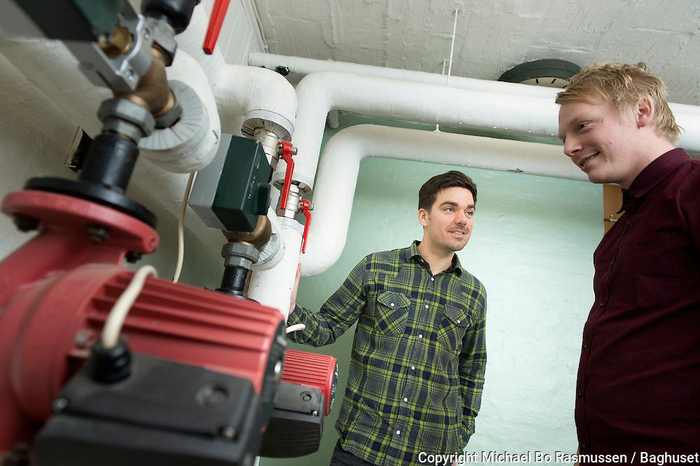 Lendum Skole. Maskinmesterstuderende Rasmus Andersen og Asger Gehrt Olesen i et af teknikrummene. Foto: © Michael Bo Rasmussen / Baghuset. Dato: 07.02.13
