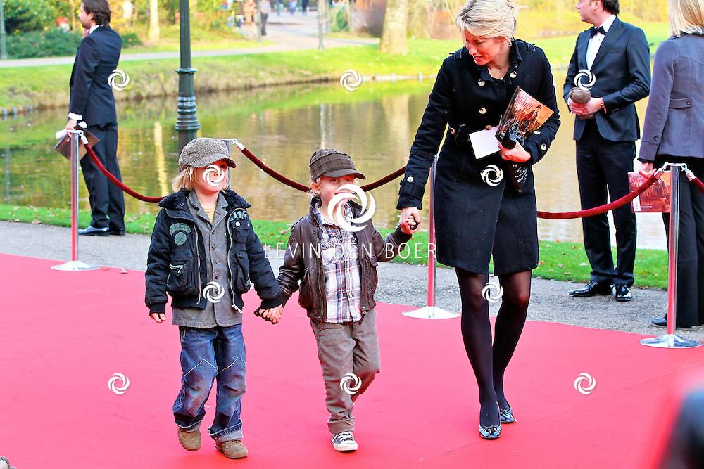 KAATSHEUVEL/EFTELING - Vanmiddag vond in Theater de Efteling de galapremiere plaats van de musical Kruimeltje, een coproductie van Rick Engelkes Producties en Efteling Theaterproducties. Met op de foto Anouk Smulders-Voorveld en hun zoon Max (r) met een vriend Sierd (l). FOTO LEVIN DEN BOER - PERSFOTO.NU