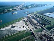 Nederland, Hoeksche Waard, Dordtsche Kil, 17-10-2003;  aanleg HSL: trace spoorlijn loopt vanuit Hoeksche Waard (onder in beeld) via brug Hollandsch Diep naar Brabant; de Dordtsche Kil wordt gekruisd door een tunnel; onder in beeld de bouwput met damwanden voor de toerit; transport, infrastructuur, verkeer en vervoer, mobiliteit, hogesnelheidslijn, spoor, rail, HSL, TGV, planologie, ruimtelijke ordening, landschap; zie luchtfoto (toeslag); aerial photo (additional fee required); .foto Siebe Swart / photo Siebe Swart