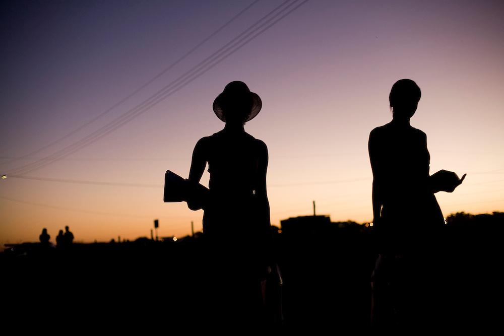 Januaria_MG, Brasil...Silhueta de mulheres em Januaria, Minas Gerais...The women silhouette in Januaria, Minas Gerais...Foto: LEO DRUMOND /  NITRO