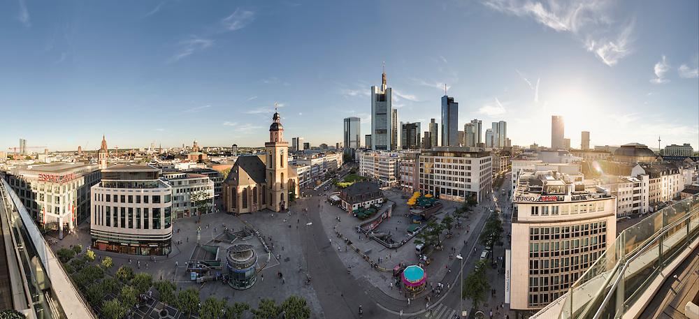 Blick über die Frankfurt Hauptwache auf die Skyline des Bankenviertel