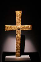 Georgie, Svanetie, la Haute Svanetie, Mestia,  Musée d'histoire et de l'ethnographie, croix // Georgia, Svaneti, Mestia, Museum of the History and Ethnography, cross