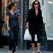 NLD/Amsterdam/20100814 - Suzanne Klemann en partner Minka Mooren winkelend met dochter Uma Lee