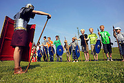 Nederland, Elst, 7-6-2008Jeugd van basisschool Westeraam in het gelid bij een als Romeinse soldaat verklede man..Foto: Flip Franssen/Hollandse Hoogte