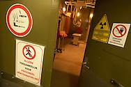 NLD, Niederlande: Röntgenabteilung, ein Blick durch geöffnete Tür in einen Röntgenraum, Universitätsklinik für Gesellschaftstiere, Fakultät der Tierheilkunde, Utrecht | NLD, Netherlands: X-ray ward, view through an opened door inside a x-ray room, university clinic for companion animals, faculty of veterinary medicine, Utrecht |