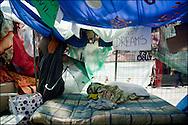 """Un abri de fortune dans le camp place Puerta Del Sol. // Le mouvement spontane du """"15 M"""" (15 mai) compose de citoyens espagnols campe depuis 2 semaines sur la place Puerta Del Sol avec pour revendication la construction d'une democratie nouvelle. Organise en commission les citoyens prennent la parole lors d'assemblee ouverte a tous - Place Puerta Del Sol à Madrid le Juin 2011. ©Benjamin Girette/IP3Press"""