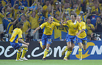 Fotball<br /> Euro 2004<br /> 18.06.2004<br /> Sverige v Italia 1-1<br /> Foto: SBI/Digitalsport<br /> NORWAY ONLY<br /> <br /> Sweden's Zlatan Ibrahimovic (2nd right) celebrates his equalizing goal in the last 5 minutes with team mates Marcus Allback (r), Henrik Larsson (2nd left) and Mikael Nilsson (far left)