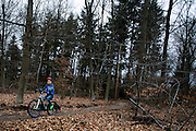 Bij Zeist fietst een jonge mountainbiker over het speciaal aangelegde mountainbike parcours.<br /> <br /> A young ountainbiker rides at the special track near Zeist.