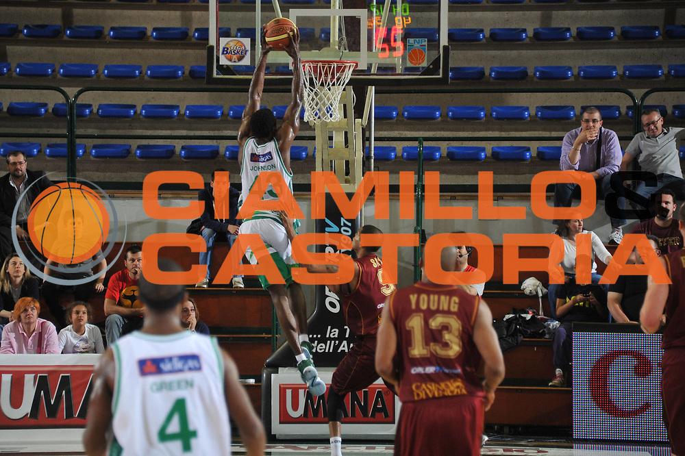 DESCRIZIONE : Ferrara Lega A 2011-12 Umana Venezia Sidigas Avellino<br /> GIOCATORE : linton johnson <br /> CATEGORIA :  schiacciata controcampo<br /> SQUADRA : Umana Venezia Sidigas Avellino <br /> EVENTO : Campionato Lega A 2011-2012<br /> GARA : Umana Venezia Sidigas Avellino <br /> DATA : 06/05/2012<br /> SPORT : Pallacanestro<br /> AUTORE : Agenzia Ciamillo-Castoria/M.Gregolin<br /> Galleria : Lega Basket A 2011-2012<br /> Fotonotizia :  Ferrara Lega A 2011-12 Umana Venezia Sidigas Avellino <br /> Predefinita :