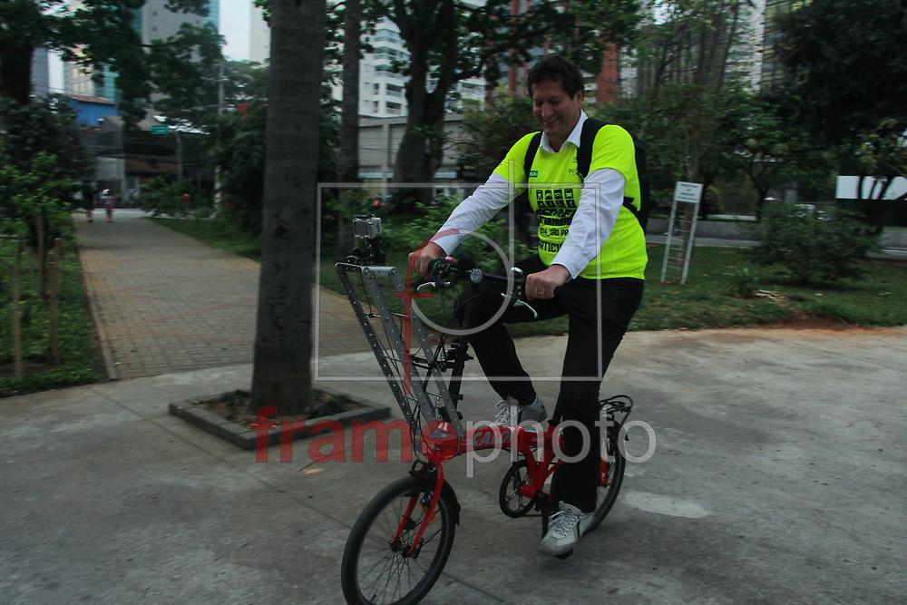 São Paulo - 16/09/2014 Nesta tarde de quinta feira (18). o secretario de transporte Jilmar Tatto deu uma voltinha de bicicleta em uma praca na regiao do brooklin, mostrando como sera o desafio intermodal. Foto:  MARCELO S. CAMARGO/FRAME