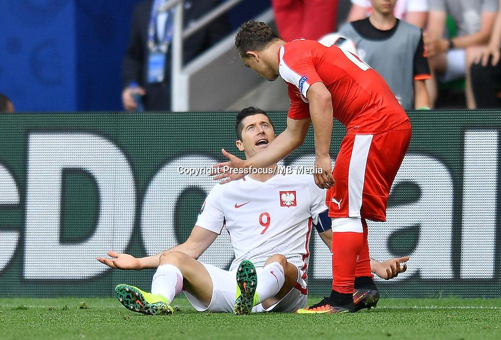 2016.06.25 Saint-Etienne<br /> Pilka nozna Euro 2016<br /> mecz 1/8 finalu Szwajcaria - Polska<br /> N/z Robert Lewandowski Xherdan Shaqiri<br /> Foto Lukasz Laskowski / PressFocus<br /> <br /> 2016.06.25<br /> Football UEFA Euro 2016 <br /> Round of 16 game between Switzerland and Poland<br /> Robert Lewandowski Xherdan Shaqiri<br /> Credit: Lukasz Laskowski / PressFocus