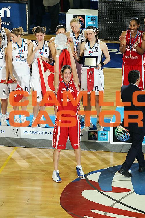 DESCRIZIONE : NAPOLI FIBA EUROPE CUP WOMEN-FIBA COPPA EUROPA DONNE 2004-2005 <br /> GIOCATORE : TEAM PHARD NAPOLI-GIAURO <br /> SQUADRA : PHARD NAPOLI <br /> EVENTO : FIBA EUROPE CUP WOMEN-FIBA COPPA EUROPA DONNE 2004-2005 <br /> GARA : FENERBAHCE SK ISTANBUL-PHARD NAPOLI <br /> DATA : 03/04/2005 <br /> CATEGORIA : Premiazione <br /> SPORT : Pallacanestro <br /> AUTORE : Agenzia Ciamillo-Castoria/A.Delise